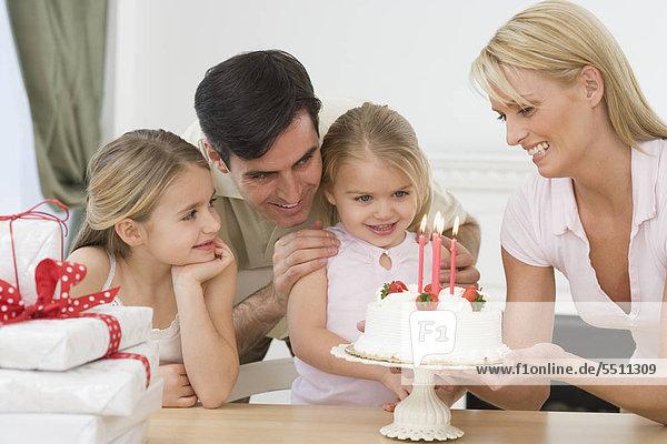 Mädchen feiern Geburtstag mit Familie