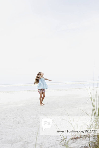 Mädchen drehend in Strand Mädchen drehend in Strand