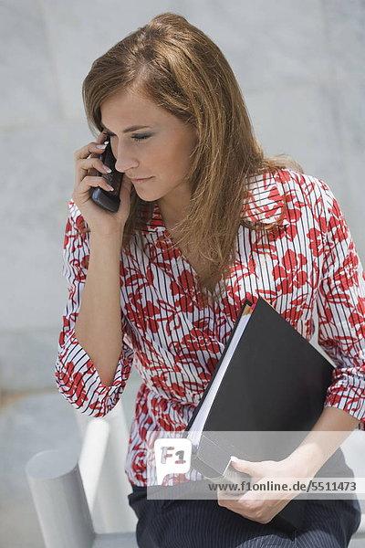 Handy Geschäftsfrau halten Aktenordner - Behälter