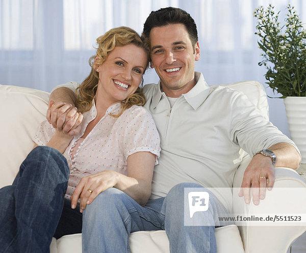 Porträt eines Paares auf sofa