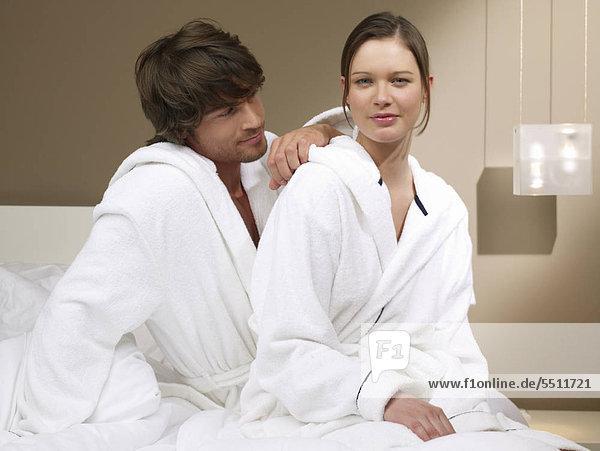 Liebespaar in weißen Bademänteln