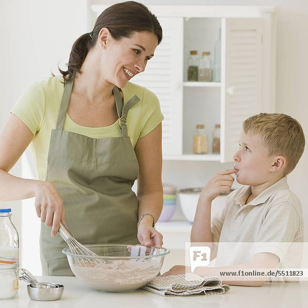 Mutter und Sohn Teig machen