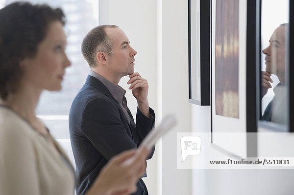 Couple looking at Kunst in Kunst-Galerie