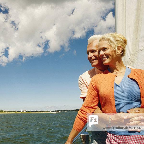 hinter Frau Mann umarmen lächeln Tretboot reifer Erwachsene reife Erwachsene