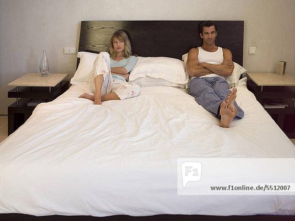 Junges Paar im Hotelbett