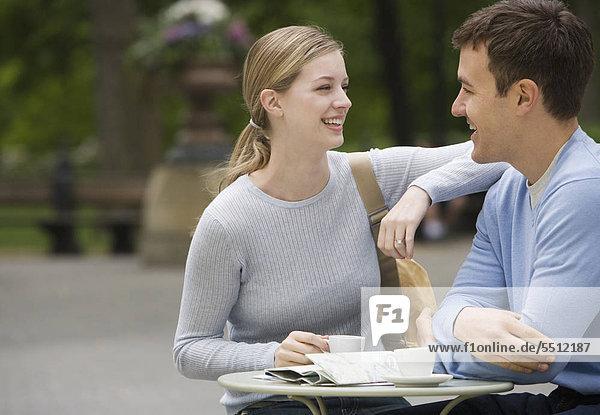 Couple having Kaffee bei im freien Caf»
