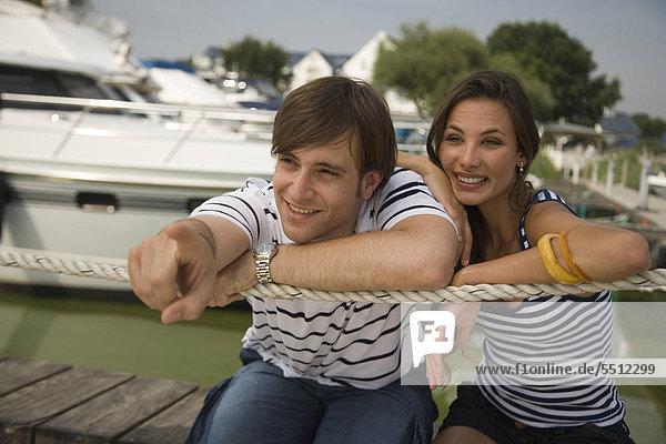 Junges Paar im Yachthafen