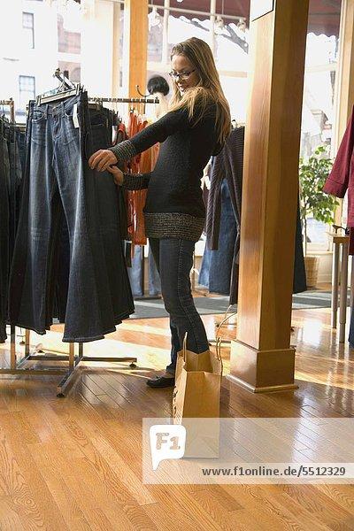 Eine Frau beim Einkaufen