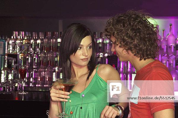 Junges Paar flirtet an der Bar