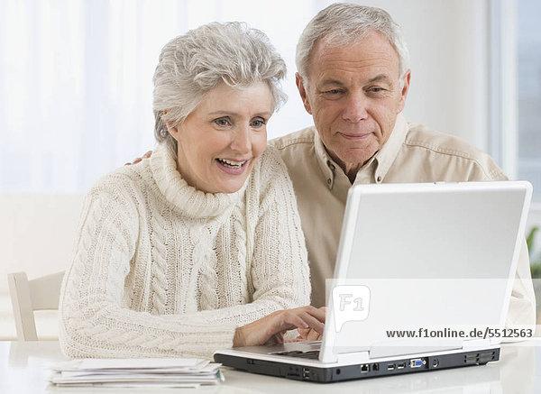 älteres Paar Blick auf laptop
