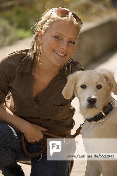 sitzend junge Frau junge Frauen Portrait Hund