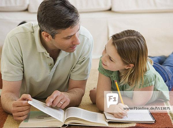 Vater Tochter Hilfe bei Hausaufgaben