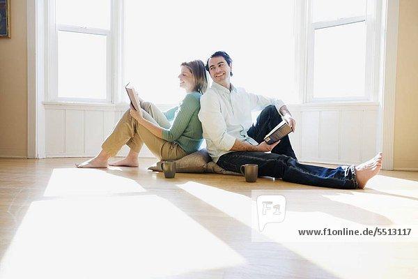 Paar lesen Rücken an Rücken