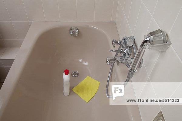 Badewanne  Duscharmatur  Putzmittel  Schwammtuch zur Reinigung