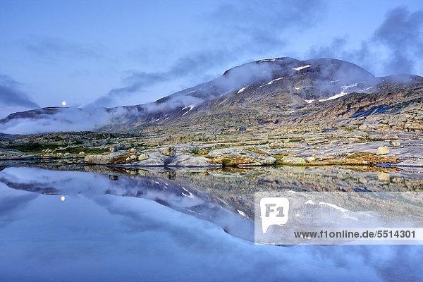 Lagune mit dem R·gotjÂhkk Ragotjahkka Massiv im Rago-Nationalpark  Nordland  Norwegen  Skandinavien  Europa
