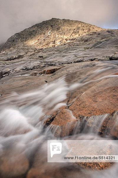 Wasserlauf am Rago Massiv im Rago-Nationalpark  Nordland  Norwegen  Skandinavien  Europa