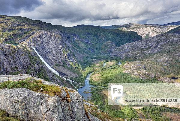 Storskogdalen Tal mit Litlverivassforsen Wasserfall und Fluss Storskogelva  Rago-Nationalpark  Nordland  Norwegen  Skandinavien  Europa