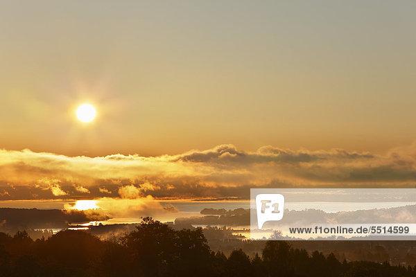 Chiemsee im Sonnenaufgang  Blick von Ratzinger Höhe  Chiemgau  Oberbayern  Bayern  Deutschland  Europa