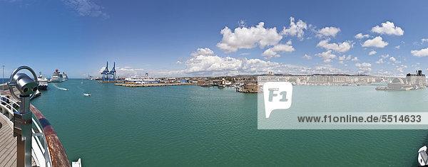 Blick über den Hafen von Civitavecchia  Rom  Italien  Europa