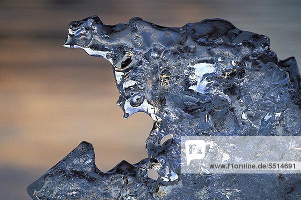 Schmelzendes Eis am Strand der Gletscherlagune Jökuls·rlÛn  Südisland  Island  Europa