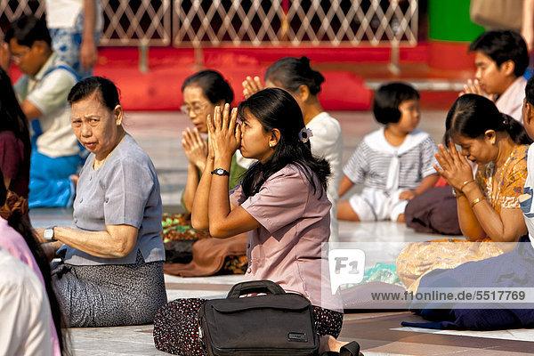 Betende Frauen  Shwedagon Pagode  Yangon  Myanmar  Burma  Birma  Südostasien
