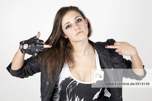 Junge Frau in Lederjacke mit cooler Pose