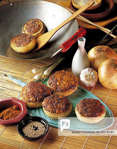 Koreanische Zwiebelringe  gefüllt mit einer würzigen Masse aus Fleisch und Tofu  Korea  Rezept gegen Gebühr erhältlich