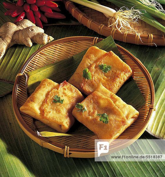 Asiatische Tofu-Päckchen  gefüllt mit Tofu  Möhre  Ingwer  Knoblauch  Frühligszwiebeln  Sojabohnenkeime und Chilischote  Thailand  Rezept gegen Gebühr erhältlich