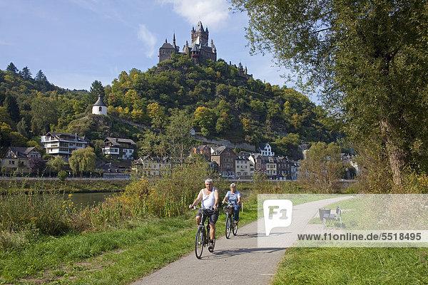 Fahrradfahrer auf dem Moselradweg bei Cochem  Reichsburg  Mittelmosel  Rheinland-Pfalz  Deutschland  Europa