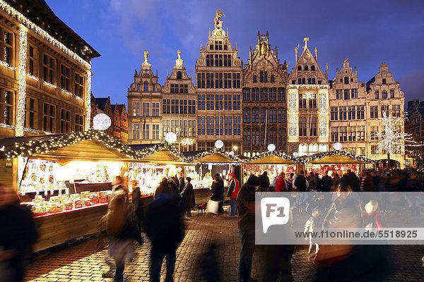 Weihnachtsmarkt am Rathaus auf dem Grote Markt  umsäumt von alten Gildehäusern. Altstadt  Antwerpen  Flandern  Belgien  Europa Weihnachtsmarkt am Rathaus auf dem Grote Markt, umsäumt von alten Gildehäusern. Altstadt, Antwerpen, Flandern, Belgien, Europa