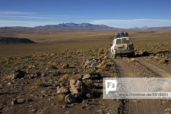Geländewagen auf Piste  Atacama-Wüste  Altiplano  südliches Bolivien  Südamerika