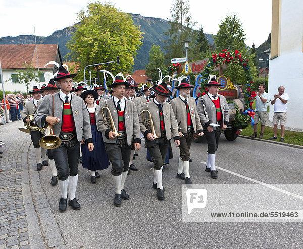 Festumzug zur Eröffung der Viehscheid Pfronten  Ostallgäu  Allgäu  Bayern  Deutschland  Europa  ÖffentlicherGrund