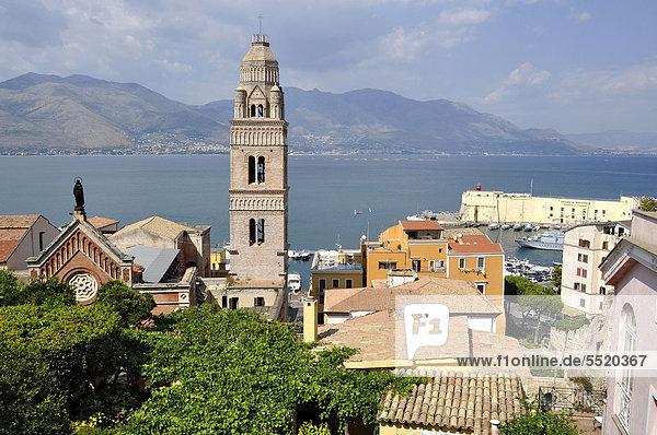 Glockenturm  Campanile des romanischen Doms Duomo dei Santi Erasmo e Marciano  Gaeta  Latium  Italien  Europa