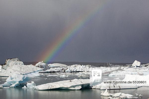 Gletscherlagune Jökulsarlon mit Regenbogen  Südisland  Island  Europa