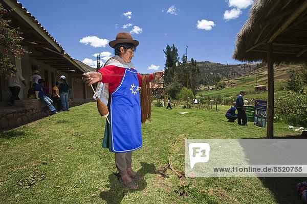 Frau bei Textilarbeiten  Dorfbewohner werden in erneuerbaren Energien und traditionellem Handwerk geschult  Entwicklungsprojekt des CECADE  Centro de Capacitacion para el Desarrollo  Trainingszentrum für Entwicklung  für ländliche Gebiete im Hochland  Yaurisque  Peru  Südamerika