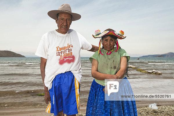 Altes Paar am Strand  Angehörige der Quechua  Playa Chifron am Nordufer des Titicaca-Sees  Capachica  Peru  Südamerika