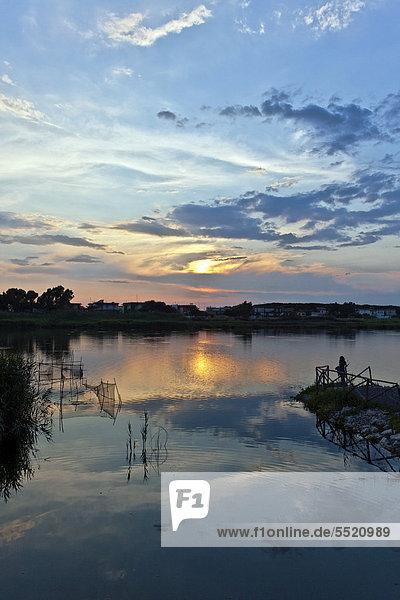 Sonnenuntergang am Patria-See  mit Fischernetz  Giugliano in Campania  Region Kampanien  Italien  Europa