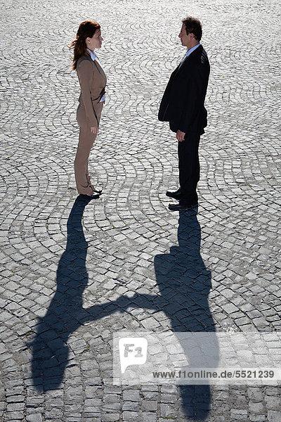 Schatten beim Händeschütteln im Freien
