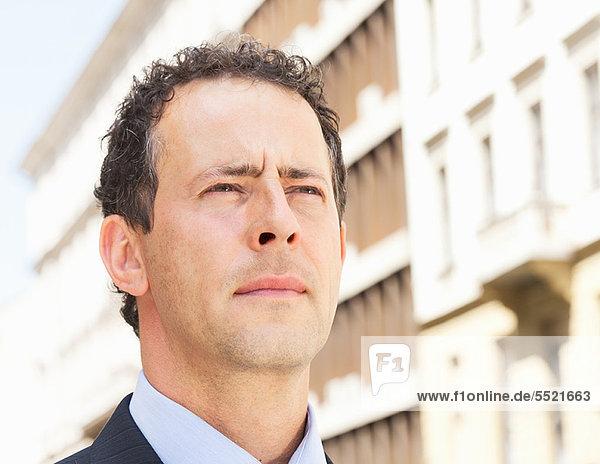 Nahaufnahme des ernsten Gesichts des Geschäftsmannes