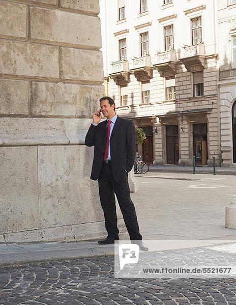 Geschäftsmann im Gespräch mit dem Handy
