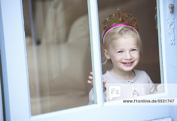 Lächelndes Kleinkind Mädchen mit Tiara Lächelndes Kleinkind Mädchen mit Tiara