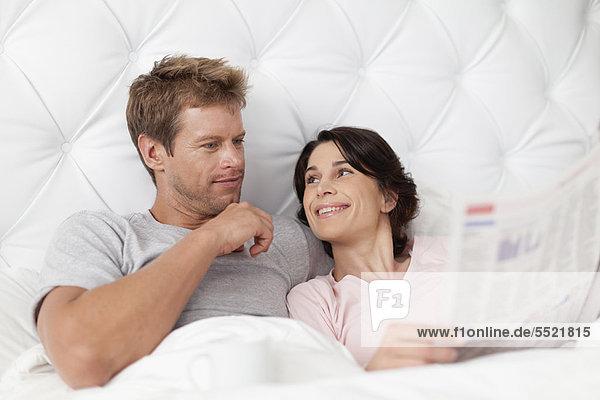 lächeln  Bett  Zeitung  vorlesen