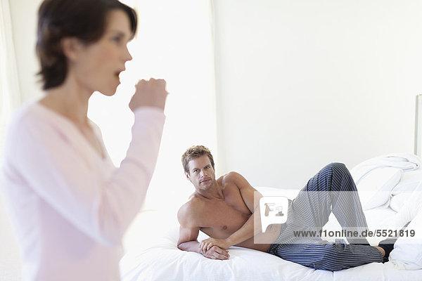 Mann  sehen  Ehefrau  Bürste