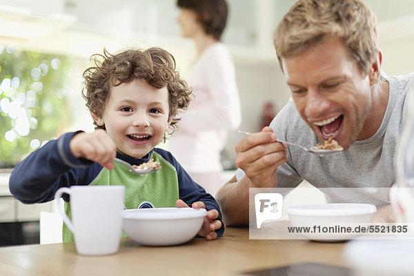 Vater und Sohn beim Frühstücken