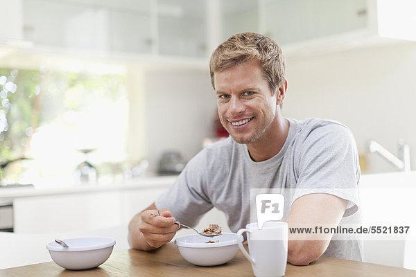 Mann  Küche  essen  essend  isst  Frühstück