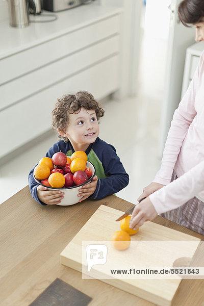 Sohn  schneiden  Frucht  Küche  Mutter - Mensch