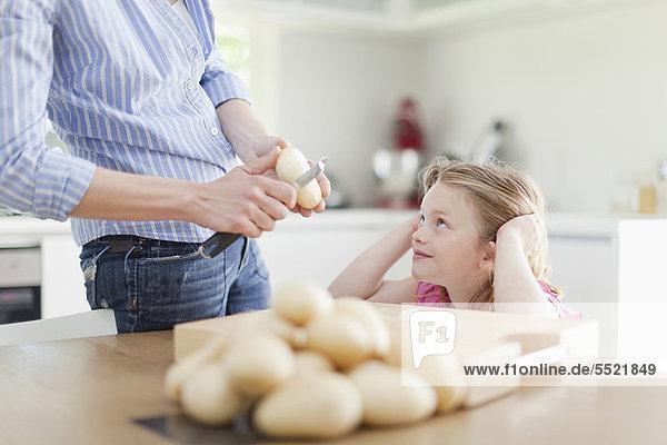 Hilfe  Schale  Kartoffel  Tochter  Mutter - Mensch