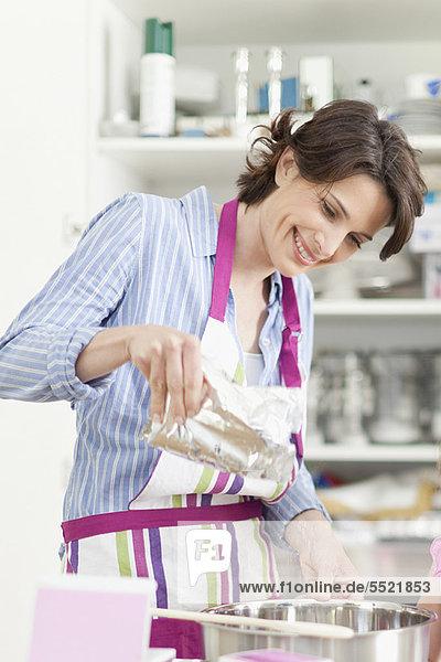 Frau lächeln Küche backen backend backt