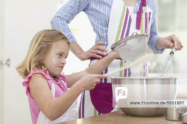 Küche  backen  backend  backt  Tochter  Mutter - Mensch