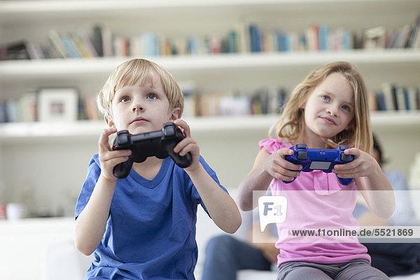 Kinder spielen zusammen Videospiele